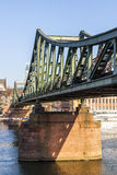 Eiserner-steg an Fluss Hauptleitung Stockfotos