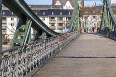 Eiserner steg och flodströmförsörjning Royaltyfri Foto