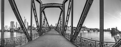 Eiserner Steg, passerella famosa del ferro attraversa di fiume Main a Francoforte con orizzonte alla luce di mattina fotografia stock