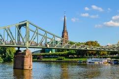 Eiserneren Steg - bro över flodströmförsörjningen i Frankfurt royaltyfria bilder