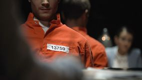 Eisersdame en veroordeelde misdadiger die tijdens ondervraging gevangenis vragen stock footage