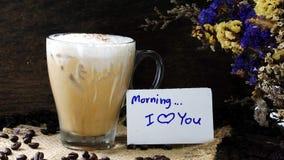Eisespressokaffee mit Milch setzte an eine hölzerne Tabelle mit dunklen Röstkaffeebohnen Lizenzfreie Stockfotos