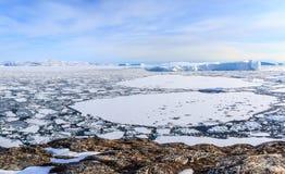 Eisfelder und treibende Eisberge in dem Ilulissat-Fjord Stockbilder