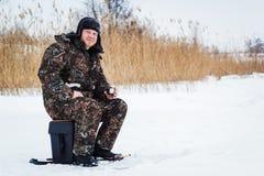 Eisfischer auf Wintersee Lizenzfreie Stockbilder