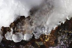Eisfreier kleiner Fluss im Winter Abstrakter Hintergrund des Winters lizenzfreies stockfoto
