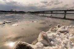 Eisgang auf dem sibirischen Fluss Tom Stockbild