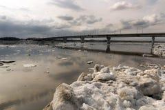 Eisgang auf dem sibirischen Fluss Tom Lizenzfreie Stockbilder