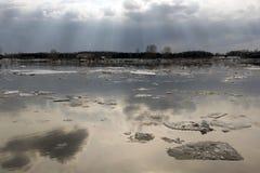 Eisgang auf dem sibirischen Fluss Tom Stockfotos