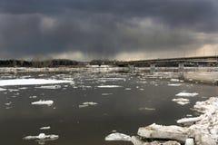 Eisgang auf dem sibirischen Fluss Tom Stockfoto
