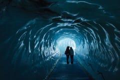 Eishöhle Mer de Glace in Frankreich mit zwei Leuten Lizenzfreie Stockfotografie