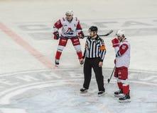 Eishockeyspiel, -spieler und -Schiedsrichter stockbild