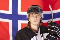 Eishockeyspieler über norwegischer Markierungsfahne Stockfotografie
