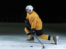 Eishockeyspieler in der Aktion Stockfotografie