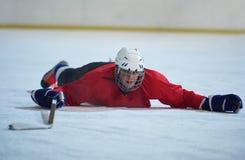 Eishockeyspieler in der Aktion Lizenzfreie Stockfotografie
