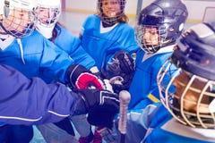 Eishockeyspieler, die ihre Hände zusammenfügen lizenzfreie stockfotos