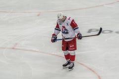 Eishockeyspielerstellung allein stockfotografie