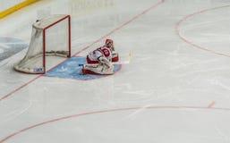 Eishockeytorhüter bereit zur Verteidigung stockbilder