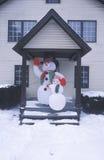 Eisig der Schneemann nach Winterschnee in New-Jersey während der Weihnachtsfeier im vorderen Eingang des Hauses stockfotos