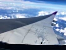Eisig am Flugzeugfenster lizenzfreie stockbilder