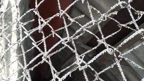 Eisige, bereifte Spinnennetze auf Drahtzaun Dunkler Hintergrund stockbilder