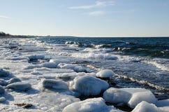 Eisige Felsen durch die Küste Lizenzfreies Stockfoto