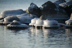 Eisige Felsen entlang Küstenlinie Lizenzfreie Stockfotografie