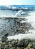 Eisige Flussbank Stockfoto