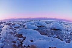 Eisige Küste bei Sonnenuntergang im kalten Winter Stockfotografie