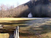 Eisige Kapelle und Zaun Stockfoto