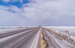 Eisige Landstraße mit bewölkten Himmeln Stockfotografie