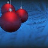 Eisige rote Weihnachtsbälle Stockfoto