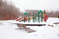 Eisige Spielplatz- und Parkbank Stockfoto