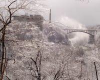 Eisige städtische Fluss-Schlucht. Horizontale Lagebestimmung. Lizenzfreie Stockfotos