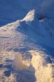 Eisiger Abend auf einem Gebirgsrücken Stockbild