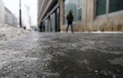 Eisiger Bürgersteig an einem kalten Wintertag Stockfotografie