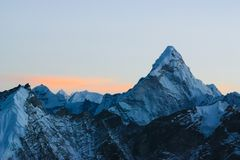 Eisiger Berg Amadablam von Himalaja, Nepal in verblassendem Tageslicht stockbild