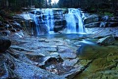 Eisiger blauer Wasserfall Stockfotografie