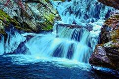 Eisiger blauer Wasserfall Lizenzfreie Stockbilder