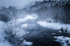 Eisiger Fluss in der Winterberglandschaft Stockbilder