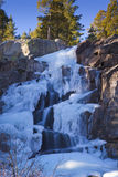 Eisiger gefrorener Wasser-Fall Stockfotos