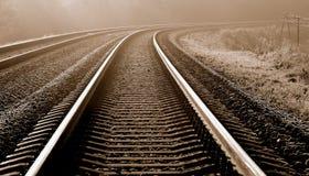 Eisiger Herbstmorgen auf dem Gleis. Lizenzfreie Stockbilder