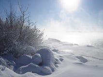 Eisiger Morgen auf dem Fluss stockbilder