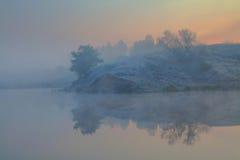 Eisiger Morgen auf einem See Lizenzfreie Stockfotografie
