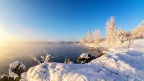 Eisiger Morgen im Ural-Wald mit Fluss und Nebel, Russland, Lizenzfreie Stockfotografie