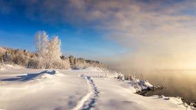 Eisiger Morgen im Ural-Wald mit Fluss und Nebel, Russland, Stockbild