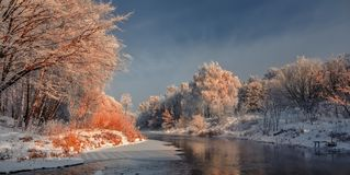eisiger nebelhafter Morgen auf dem Fluss Lizenzfreie Stockfotografie