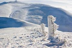 Eisiger Pfad in den Bergen zur hohen Spitze Stockfotografie