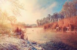 Eisiger sonniger Morgen auf dem Fluss Stockfotos