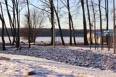 Eisiger sonniger Nachmittag des Parks lizenzfreies stockfoto