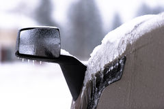 Eisiger Spiegel von halb LKW auf unscharfem Hintergrund Lizenzfreies Stockbild